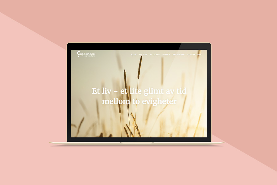 Nettsiden til Smaalenene begravelsesbyrå, vist på en macbook med rosa bakgrunn
